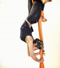 Desenvolva diferentes coreografias no tecido acrobático