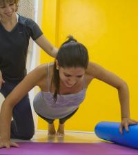 O rolo de espuma pode modificar a dificuldade do exercício, desafiando a estabilidade.